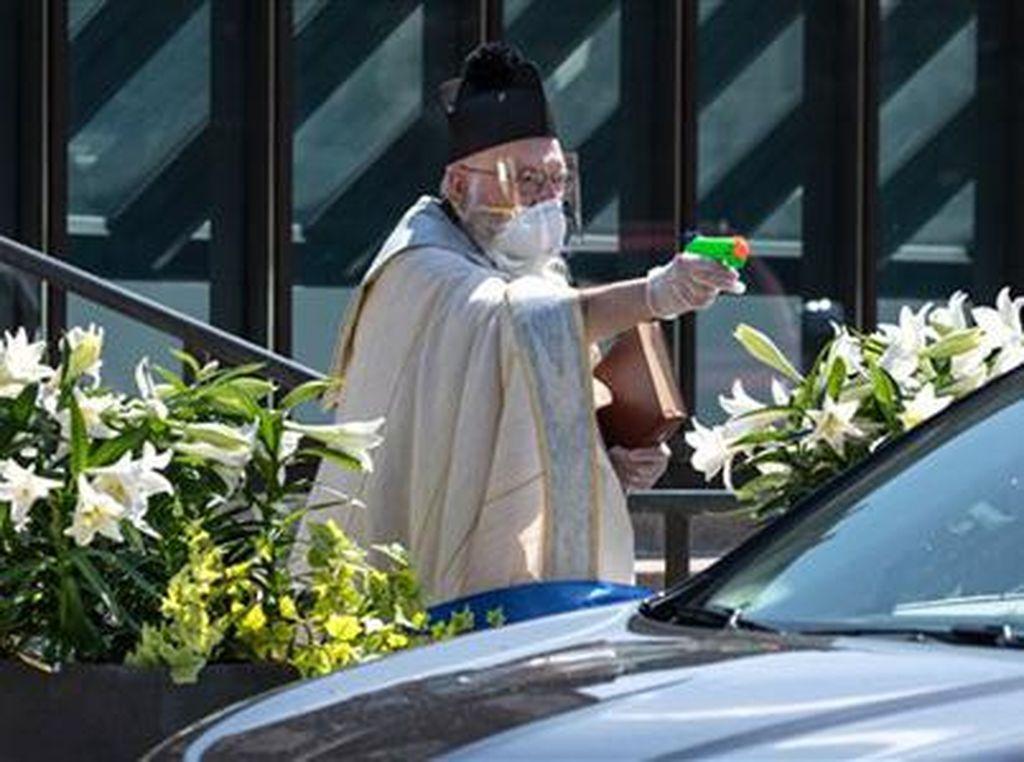 Viral, Foto Pastur Pakai Pistol Air Mainan untuk Memberkati saat Pandemi