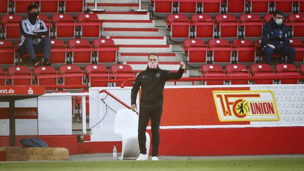 Coach Hansi Flick of Munich gestures during the German Bundesliga soccer match between Union Berlin and Bayern Munich in Berlin, Germany, Sunday, May 17, 2020. The German Bundesliga becomes the world's first major soccer league to resume after a two-month suspension because of the coronavirus pandemic. (AP Photo/Hannibal Hanschke, Pool)