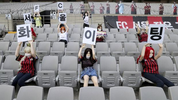 Manekin yang disebut mirip boneka seks, memenuhi tribune Stadion Seoul, Minggu (17/5). (Foto: Ryu Young-suk/AP Photo)