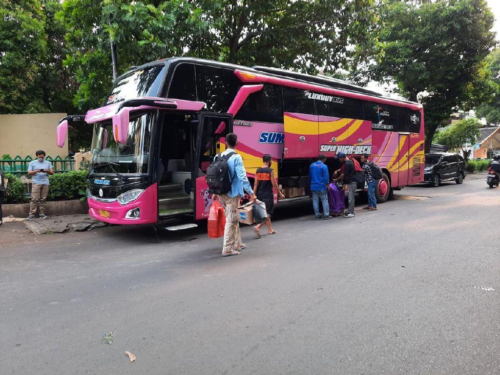 Polisi Tahan Bus yang Hendak Angkut 26 Pemudik dari Pasar Minggu