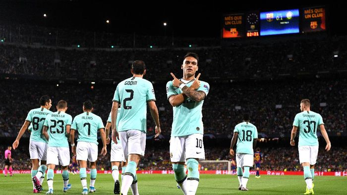 BARCELONA, SPAIN - OCTOBER 02: Lautaro Martinez of Inter Milan celebrates after he scores his sides first goal during the UEFA Champions League group F match between FC Barcelona and FC Internazionale at Camp Nou on October 02, 2019 in Barcelona, Spain. (Photo by Alex Caparros/Getty Images)