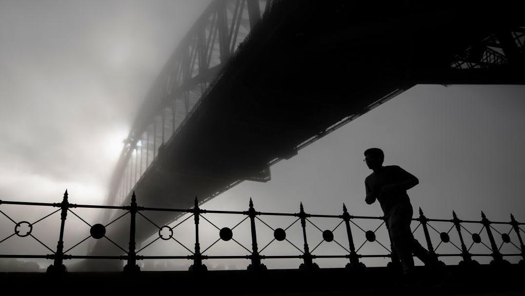 Pesona Sydney Harbour Bridge Berselimut Kabut Tebal