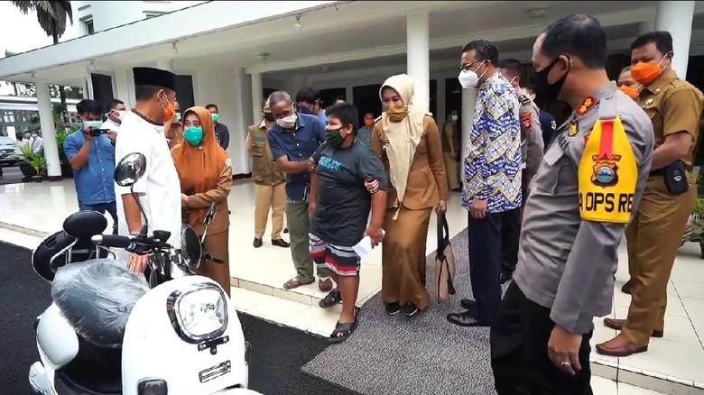 Bocah Penjual Jalatongke Korban Bully Dapat Hadiah Motor Listrik