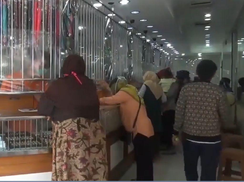 Video Pembeli Serbu Toko Emas di Subang, Abaikan Social Distancing