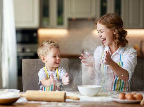 Ibu dan anak bikin kue