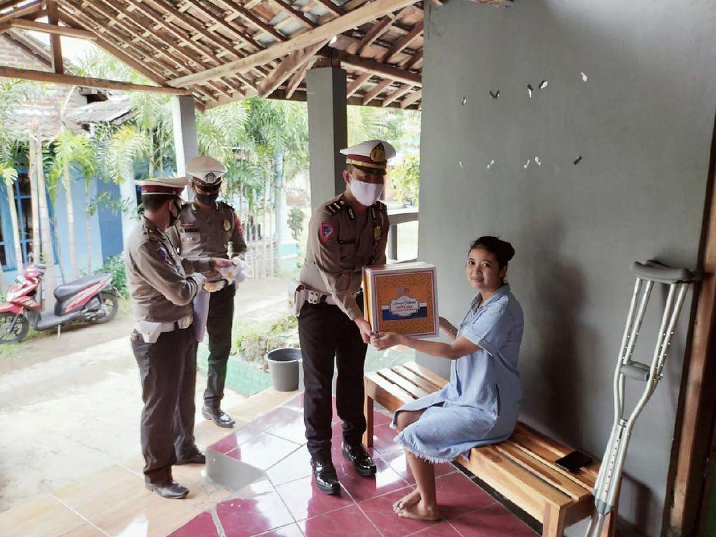Senyum Ceria Korban Laka di Madiun Dapat Sembako Saat Pandemi Corona