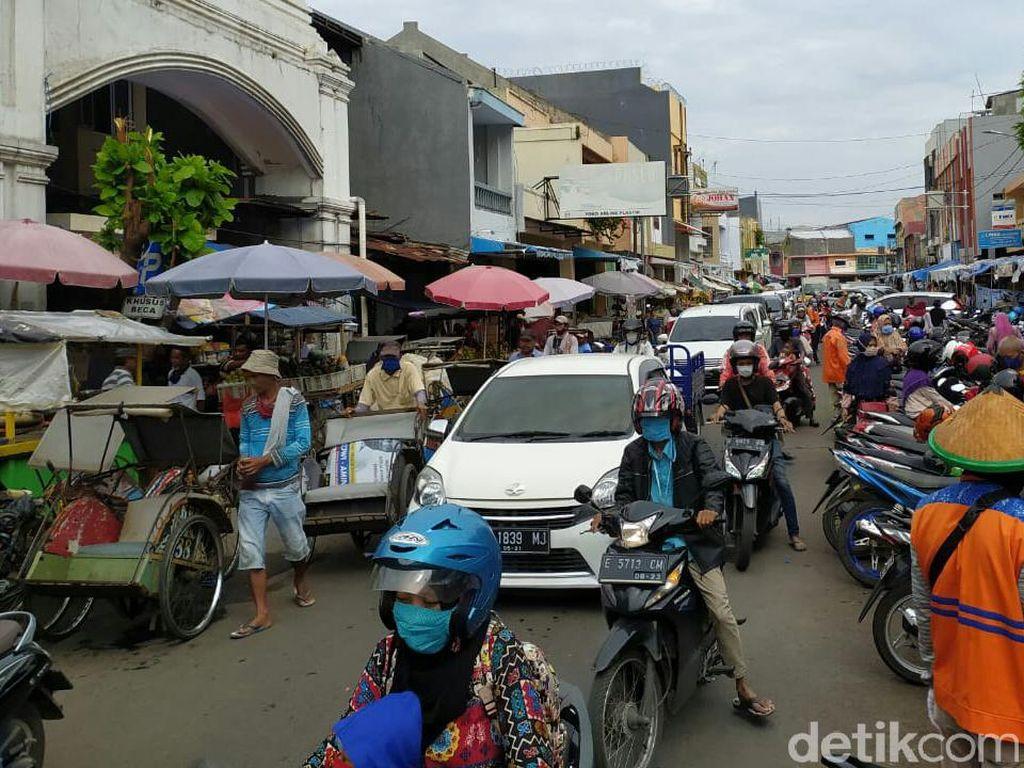 Banyak Pelanggaran PSBB di Pasar Cirebon, Petugas Bagikan Masker