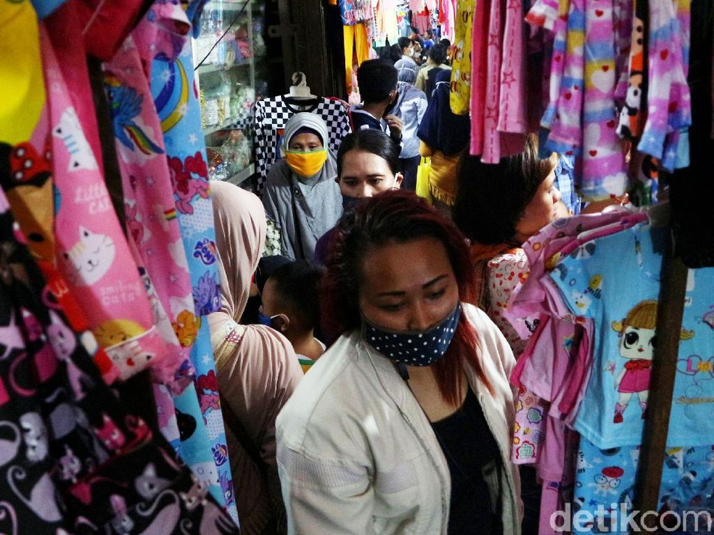 Padat Merayap Beli Baju Lebaran di Pasar Minggu