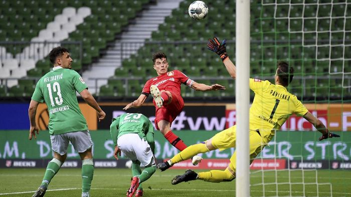 Leverkusens Kai Havertz, center, scores the opening goal during the German Bundesliga soccer match between Werder Bremen and Bayer Leverkusen 04 in Bremen, Germany, Monday, May 18, 2020. The German Bundesliga becomes the worlds first major soccer league to resume after a two-month suspension because of the coronavirus pandemic. (AP Photo/Stuart Franklin, Pool)