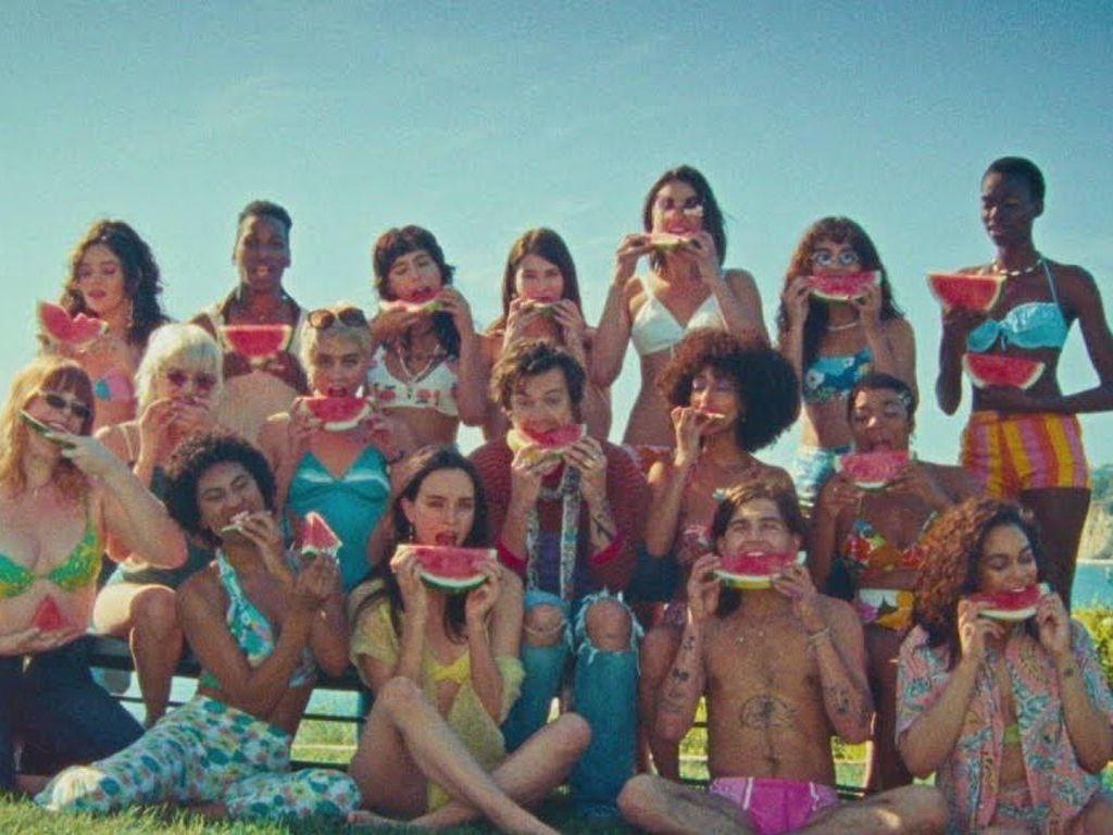 Video Musik Baru Harry Styles yang Penuh Kesegaran Semangka di Siang Hari