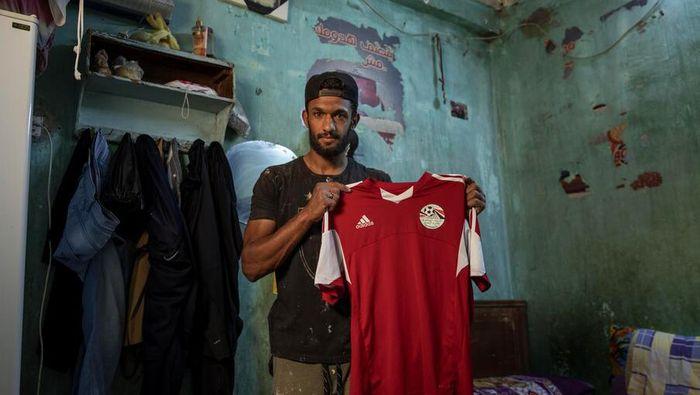 Mahrous Mahmoud merupakan pemain sepakbola profesional divisi kedua dari klub Beni Suef. Ketika pandemi merebak, Mahmoud terpaksa beralih profesi menjadi kuli bangunan.