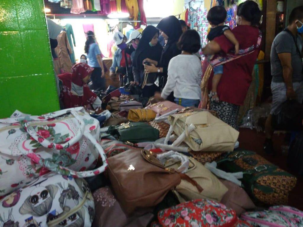 Warga Padati Pusat Pasar Medan Jelang Lebaran