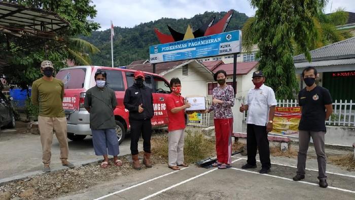 Setelah melakukan aksi lelang jersey, Semen Padang FC menyalurkan hasilnya dalam bentuk Alat Pelindung Diri (APD) untuk tim medis untuk membantu penanganan COVID-19 di daerahnya.