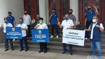 Persib Serahkan Bantuan Ventilator-Ribuan APD ke Pemkot Bandung