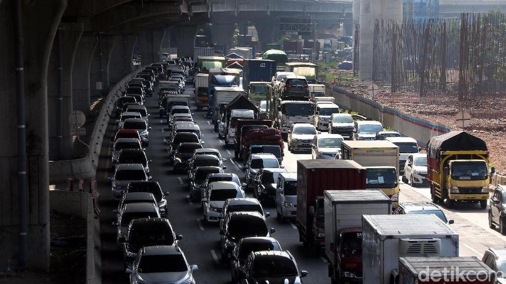 Potret Kemacetan di Tol Jakarta-Cikampek Jelang Lebaran