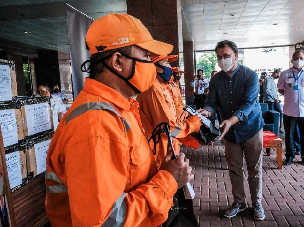 Kemenparekraf Bagikan 10 Ribu Masker Kain ke PPSU Jakarta