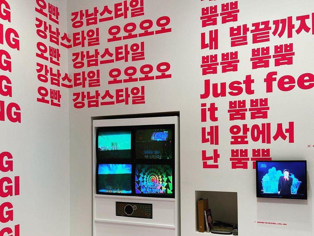 Lihat Uniknya Lirik Lagu BTS, SHINee, hingga PSY di Museum Ini