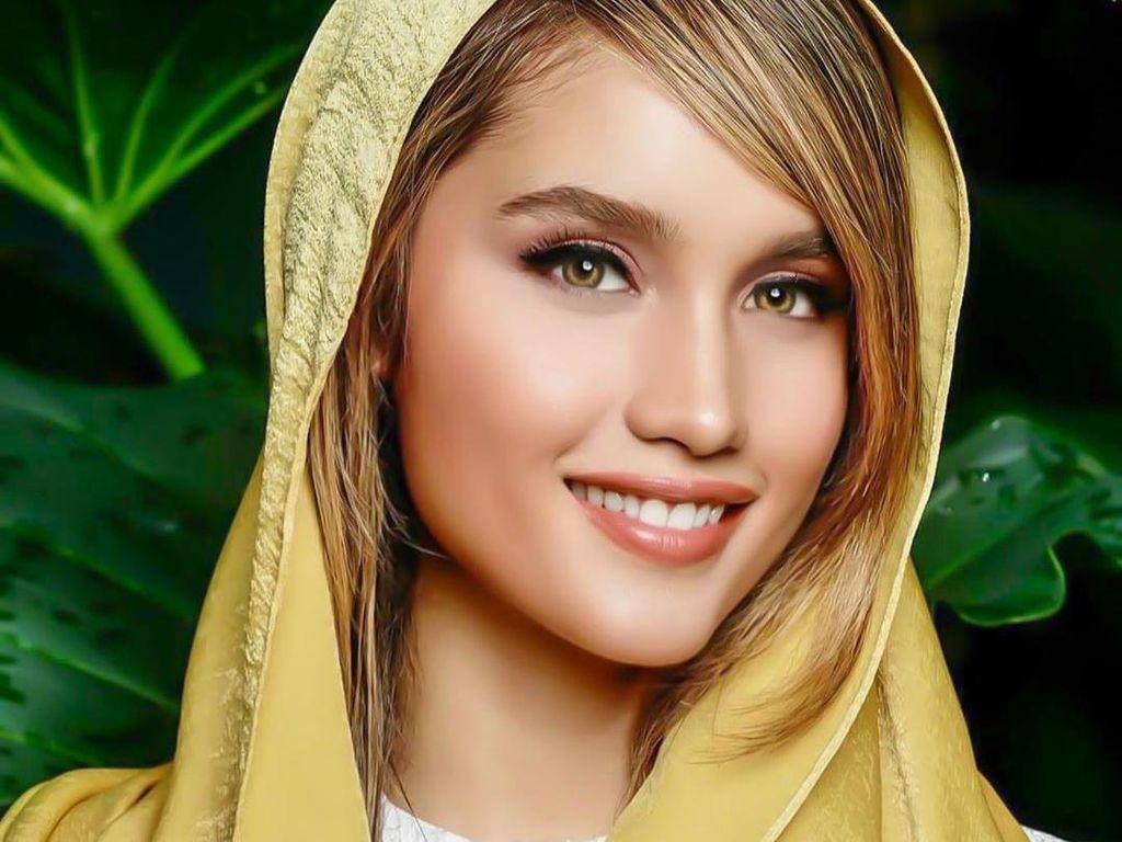 Gaya Cinta Laura Tampil Memesona Berkerudung Saat Ramadhan