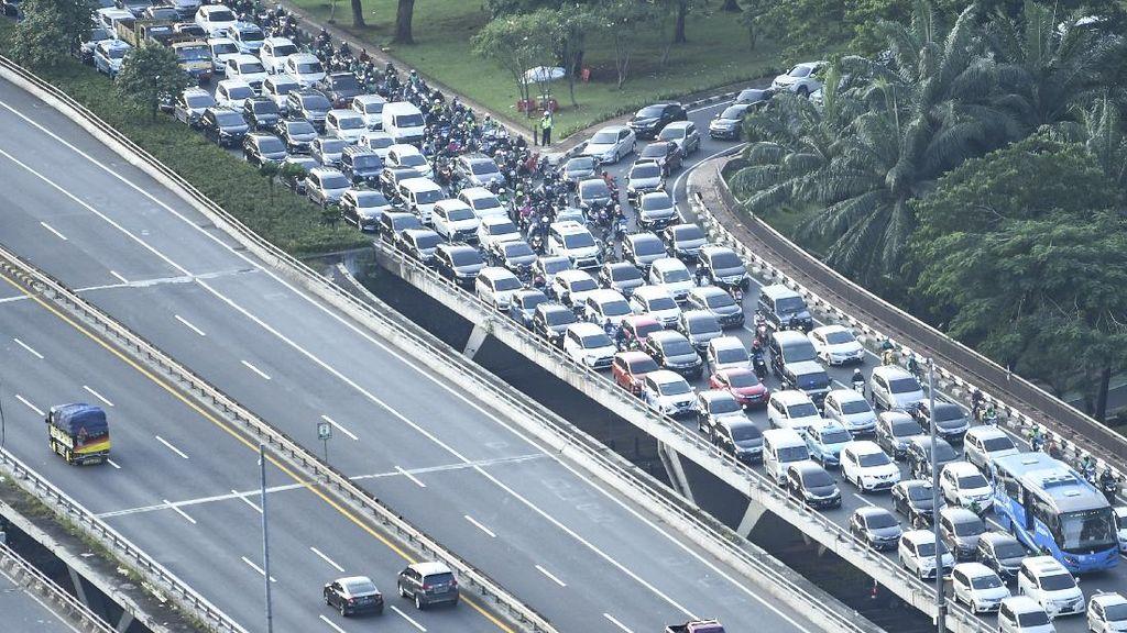Melihat Lagi Kepadatan Kendaraan di Semanggi Kemarin Sore