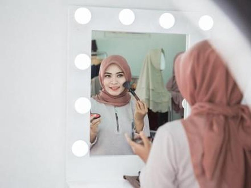 Anti Gagal! Ini Cara Bikin Make Up Glowing di Lebaran 2020