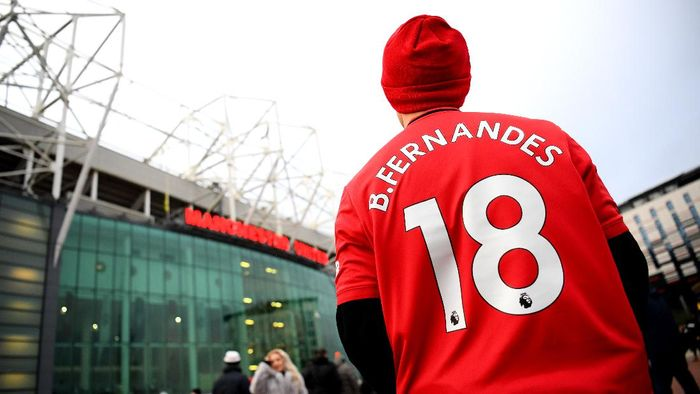 MANCHESTER, ENGLAND - FEBRUARY 01: A Manchester United fan  looks on outside the stadium while wearing a shirt with new signing Bruno Fernandes name and number  prior to the Premier League match between Manchester United and Wolverhampton Wanderers at Old Trafford on February 01, 2020 in Manchester, United Kingdom. (Photo by Clive Mason/Getty Images)