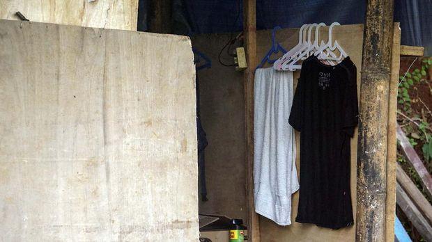 Deretan baju milik Wiranto di gubuk tempat isolasi mandirinya.