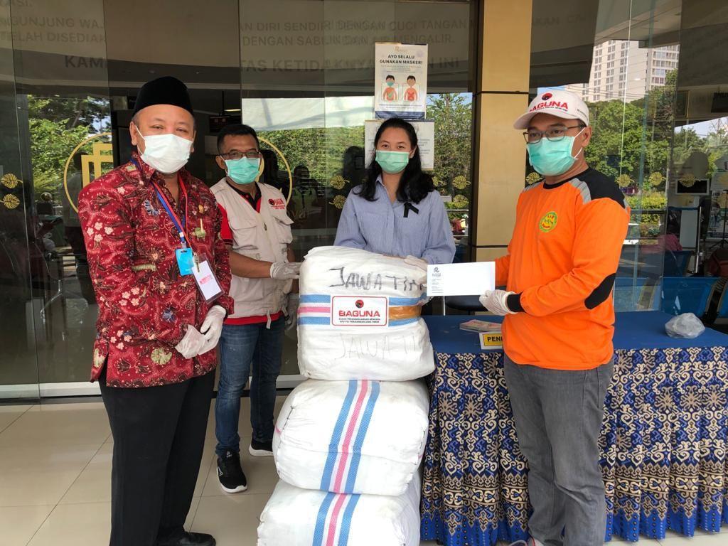 Ratusan Baju Hazmat Disalurkan ke RS Royal Surabaya