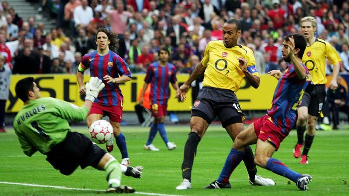 PARIS - MAY 17:  (L-R) Victor Valdes the Barcelona goalkeeper saves from Thierry Henry of Arsenal during the UEFA Champions League Final between Arsenal and Barcelona at the Stade de France on May 17, 2006 in Paris, France.  (Photo by Mike Hewitt/Getty Images)