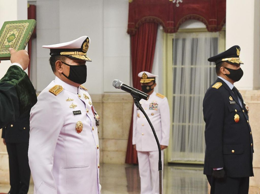 Jokowi Lantik KSAL dan KSAU di Istana Negara
