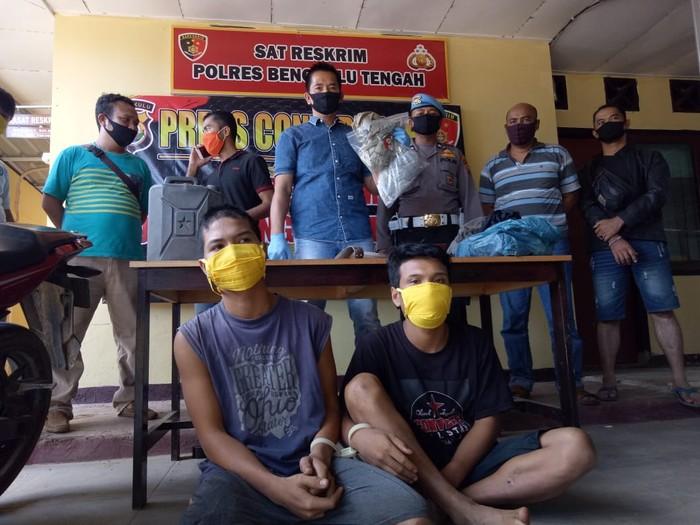 Polisi menangkap 2 pria pelaku pembunuhan berencana di Bengkulu Tengah (dok. Istimewa)