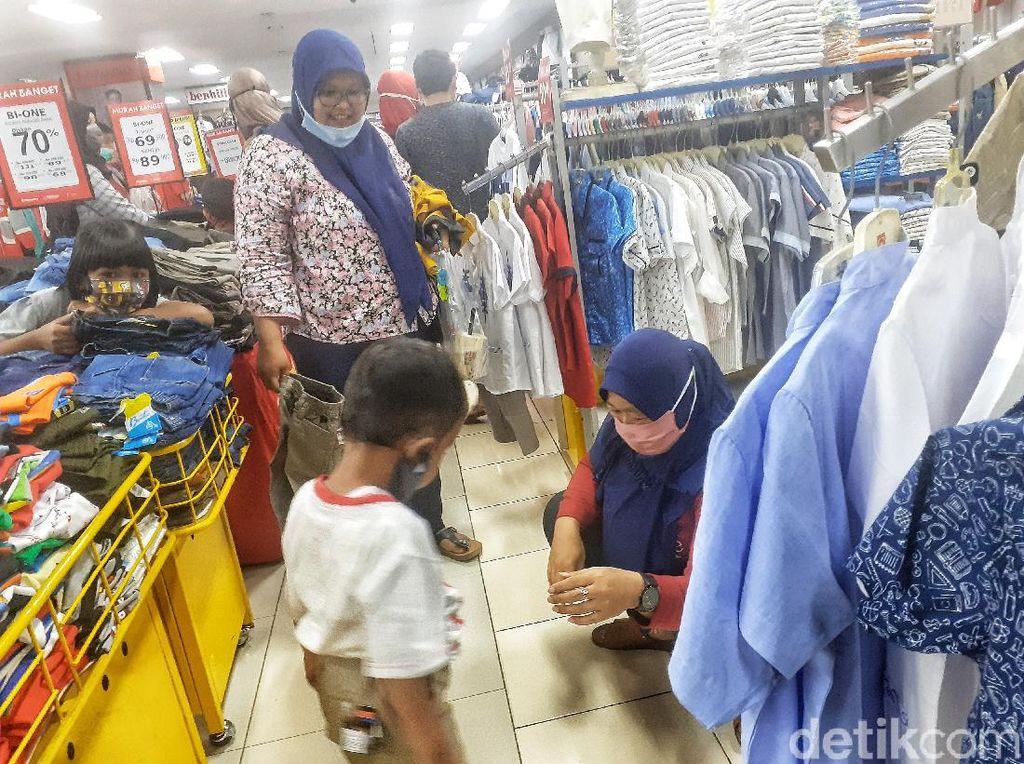Warga Bekasi Ramai-ramai Borong Baju Lebaran