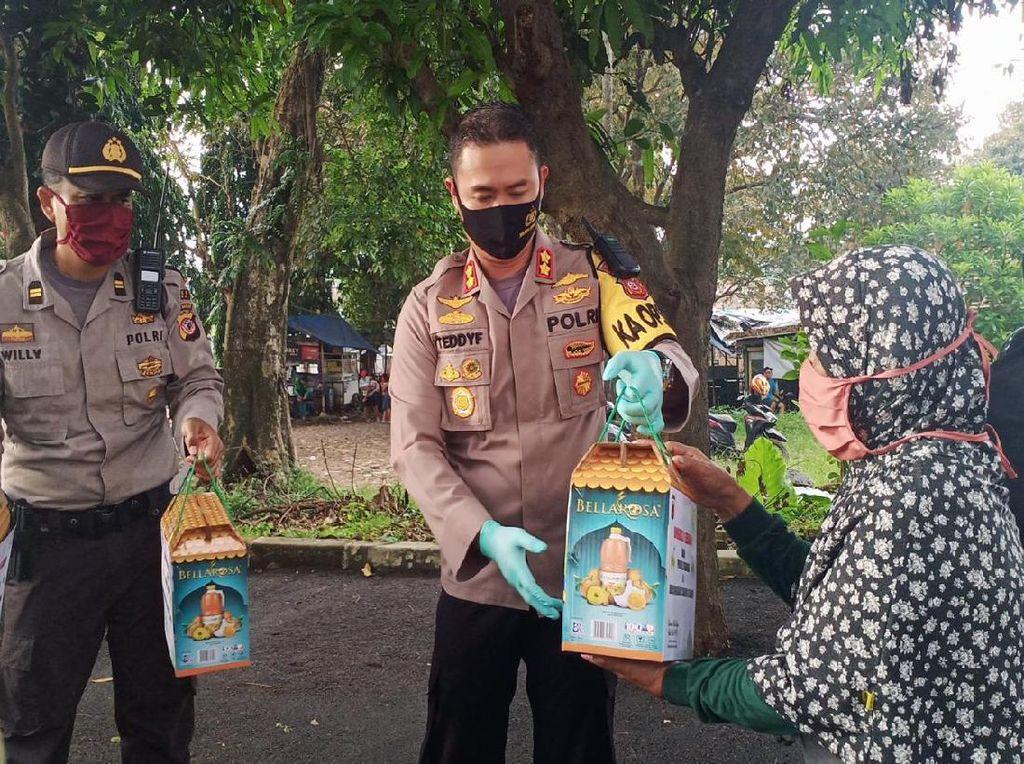 Polres Subang Bagikan Parcel Lebaran untuk Warga Terdampak Corona