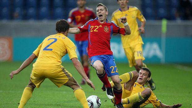 Iker Muniain ditekel lawan saat membela timnas Spanyol di Piala Eropa U-21 2011. (Photo by Ian Walton/Getty Images)