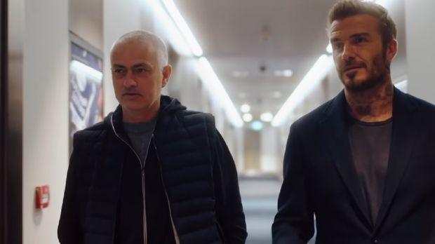 Jose Mourinho memberi David Beckham tur di Tottenham Hotspur Stadium.