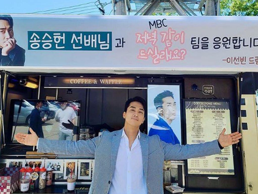 So Sweet! Lee Sun Bin Kirim Coffee Truck untuk Song Seung Heon ke Lokasi Dinner Mate