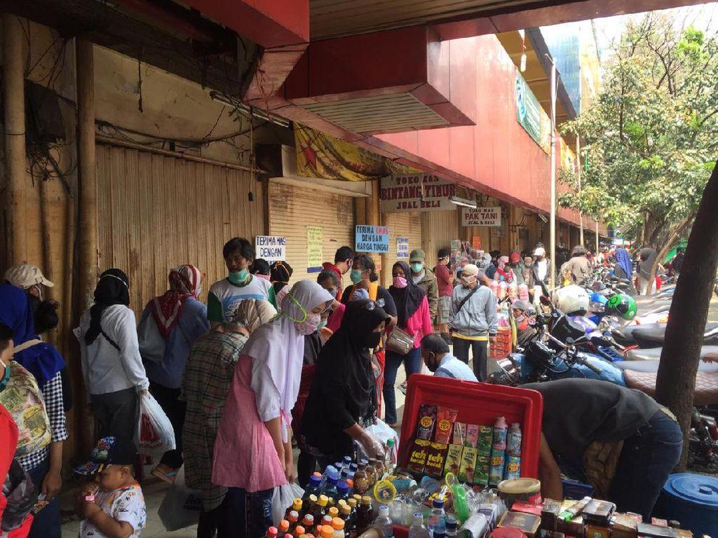 Pasar Kebayoran Lama Diserbu Jelang Lebaran, Warga Berkerumun Belanja Pakaian