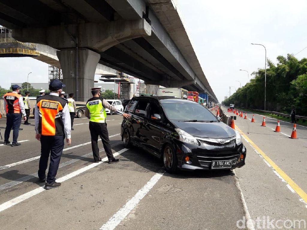 Kendaraan Mengular di GT Cikarang Barat, Ratusan Mobil Diminta Putar Balik
