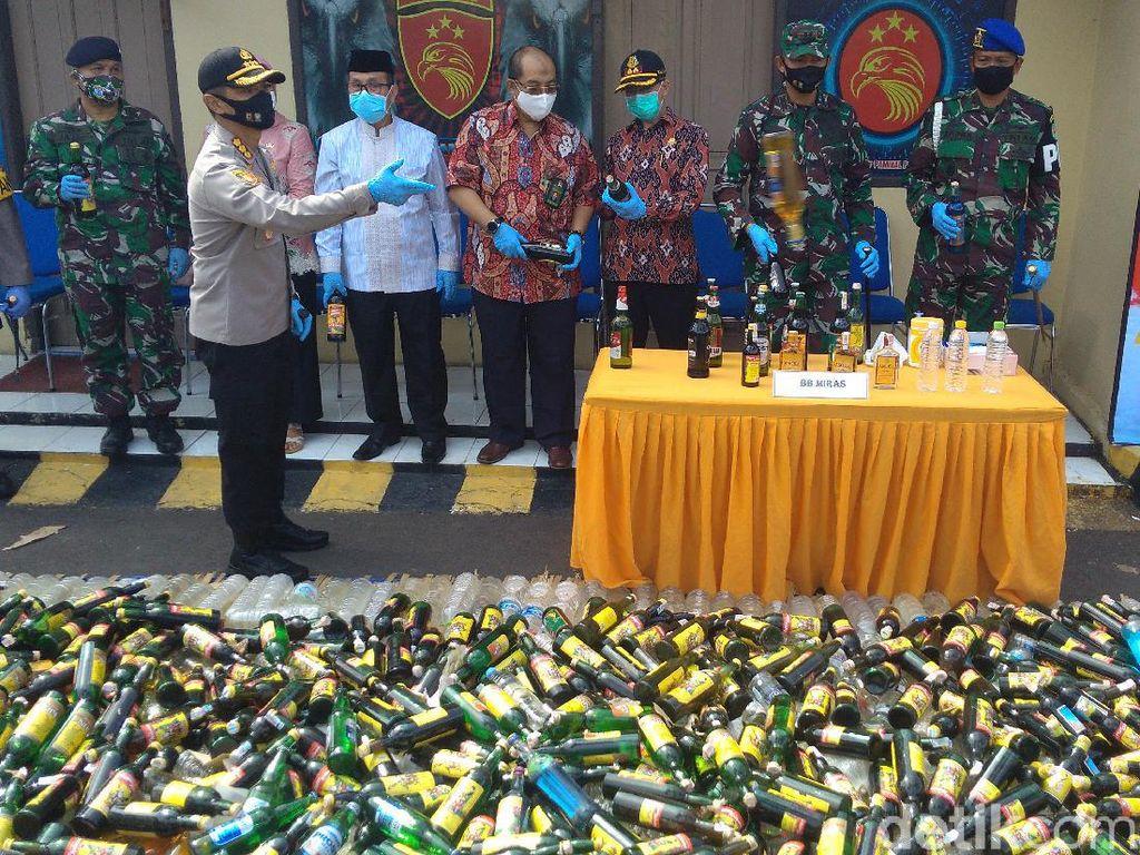 Jelang Lebaran, Polresta Cirebon Musnahkan 10 Ribu Botol Miras