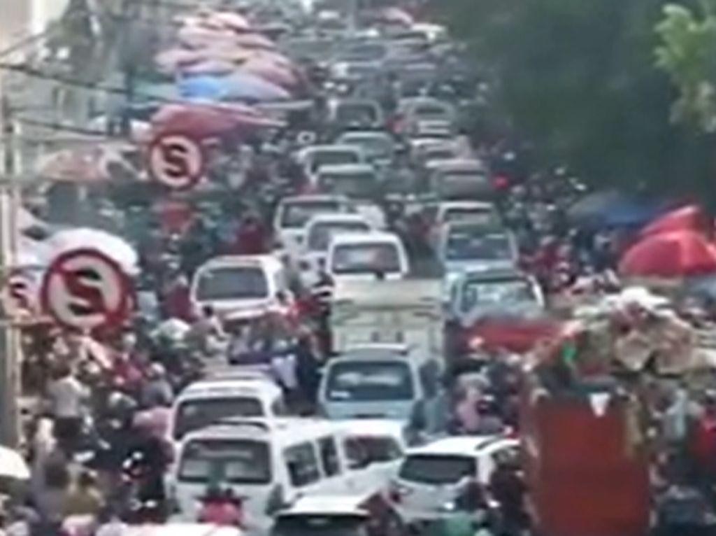 Video Lautan Manusia Berjubel di Pasar Kebayoran Lama