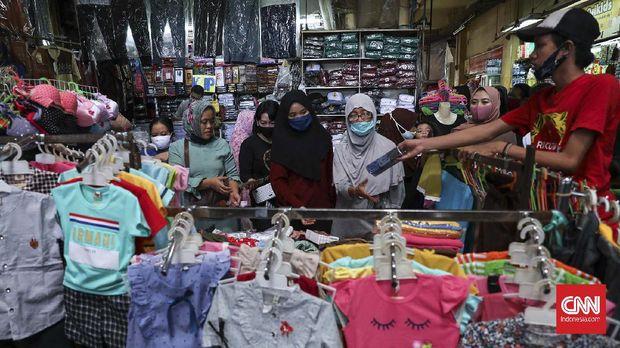 Warga berbelanja di Pasar Kebayoran Lama, Jakarta, Jumat, 22 Mei 2020. Dua hari menjelang Idul Fitri, sejumlah pasar yang ada di ibukota Jakarta dipenuhi warga untuk mencari kebutuhan sandang dan pangan. CNNIndonesia/Safir Makki