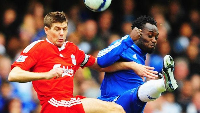 LONDON - OCTOBER 04:  Michael Essien of Chelsea  battles with Steven Gerrard of Liverpool during the Barclays Premier League match between Chelsea and Liverpool at Stamford Bridge on October 4, 2009 in London, England.  (Photo by Mike Hewitt/Getty Images)