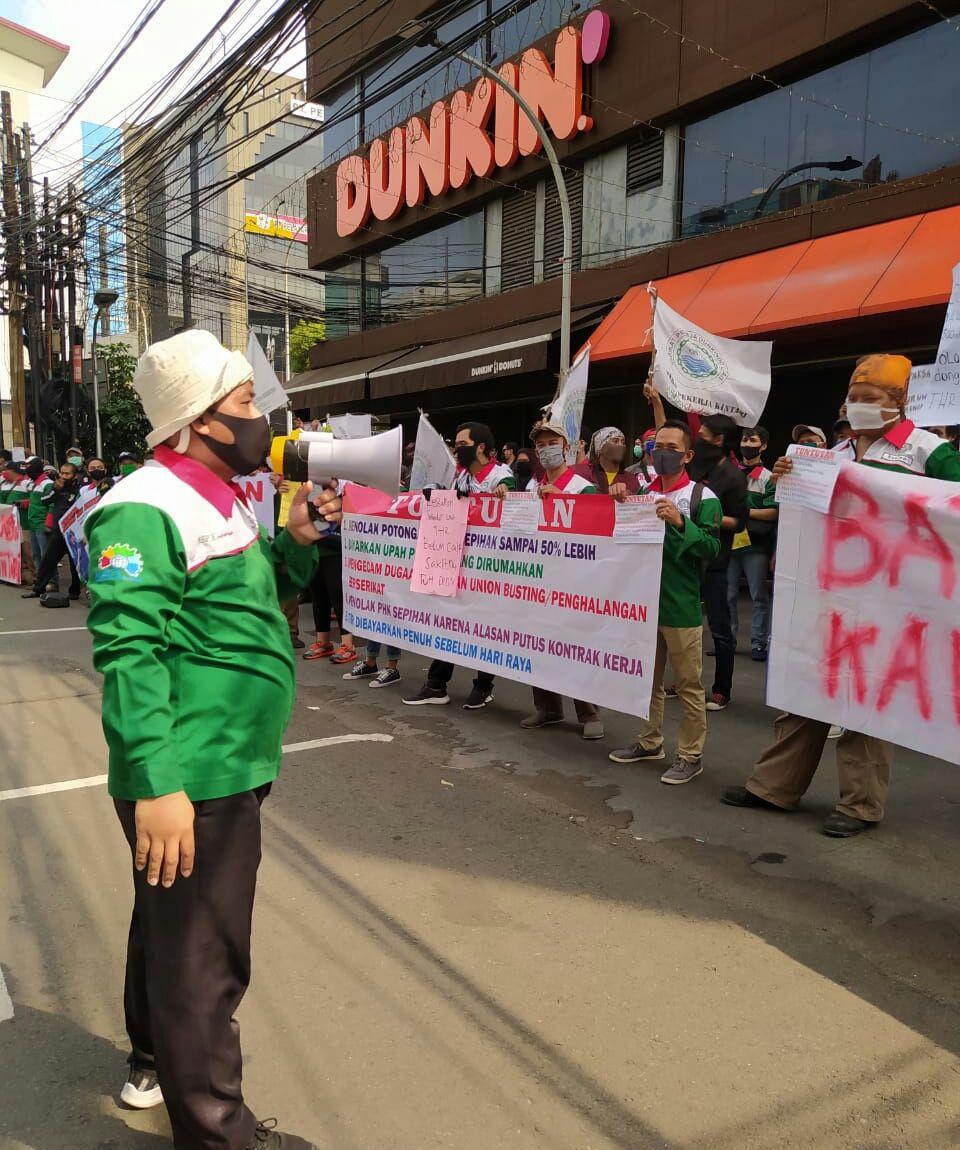 Serikat Pekerja Dunkin' Donuts beredemo menuntut pembayaran upah dan tunjangan hari raya (THR) (ist)