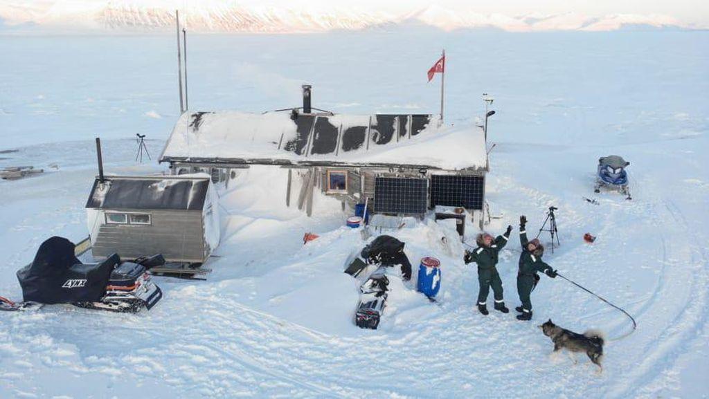Foto-foto 2 Penjelajah yang Ke-lockdown di Kutub Utara