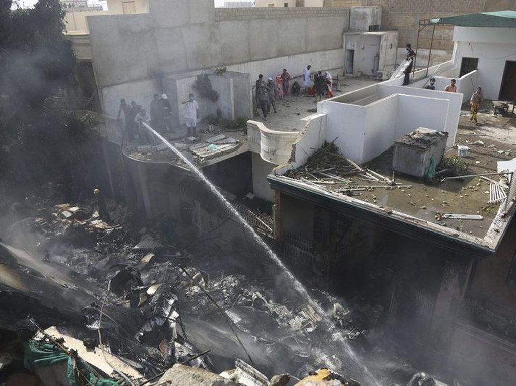 Pesawat Pakistan Angkut 107 Orang Jatuh, 2 Orang Dikabarkan Selamat