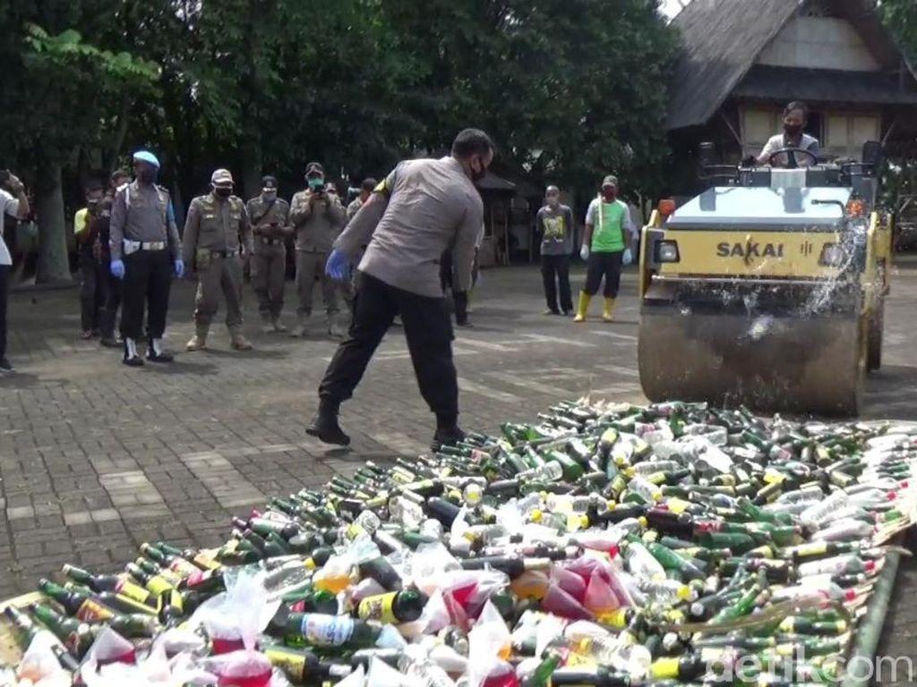 Jelang Lebaran, Polres Purwakarta Musnahkan Ribuan Botol Miras-Narkotika