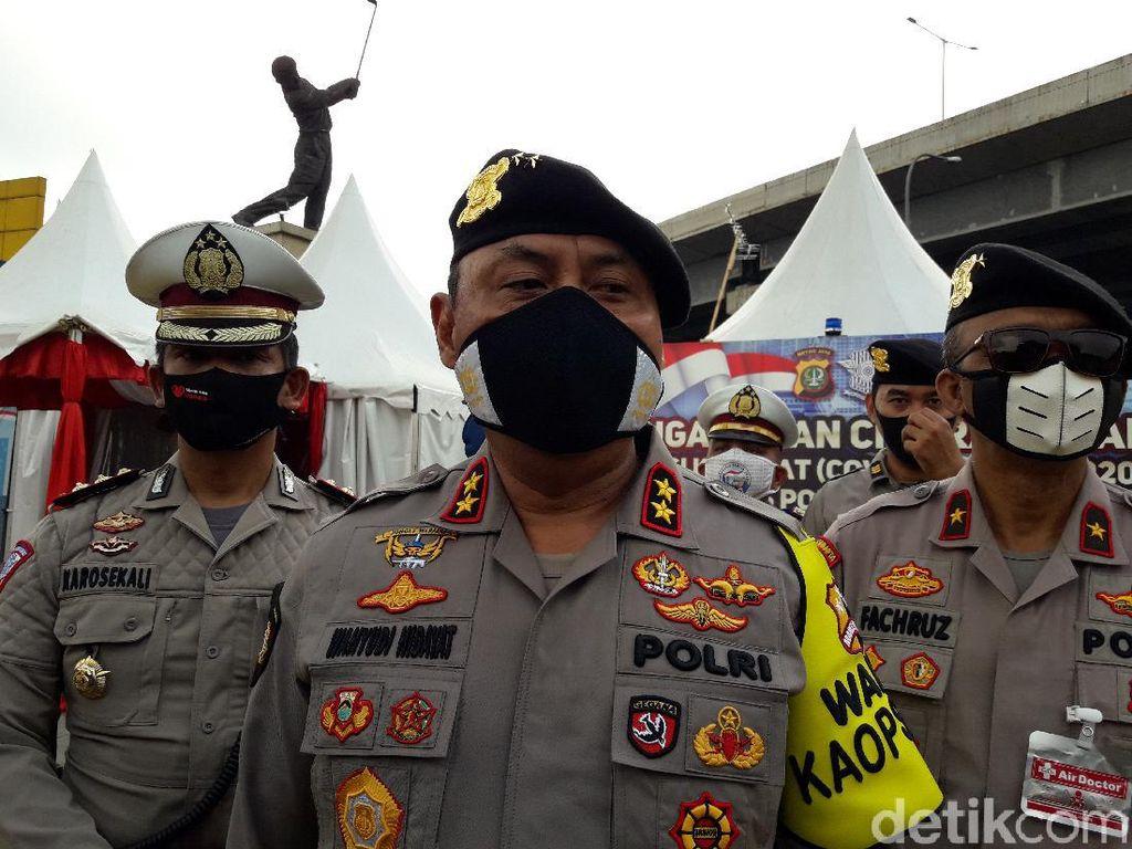 Polisi: Penumpang Travel Diturunkan di GT Cikarang Barat Bisa Lanjut Mudik