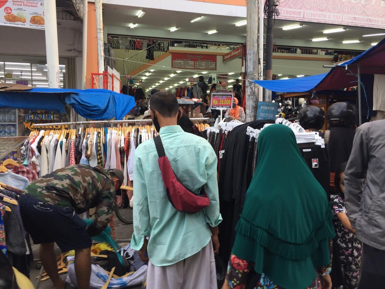 Kawasan Pedagang Kaki Lima (PKL) di Jalan Tirtayasa Royal, Serang, Banten. (Tiara AA/detikcom)