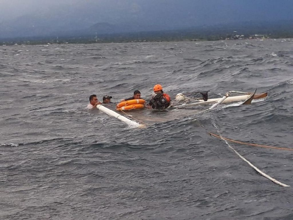 Perahu Terbalik, 2 Nelayan 4 Jam Terombang-ambing di Lautan Sulsel