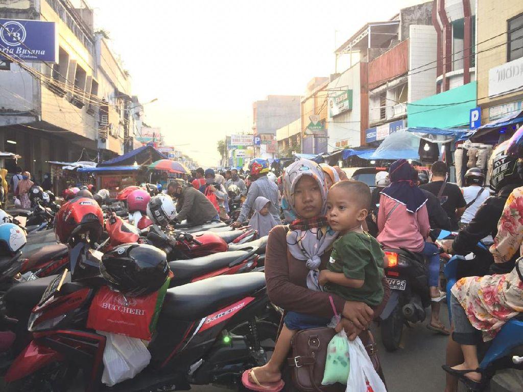 Warga Berkerumun Padati Kawasan PKL Royal Serang, Banten