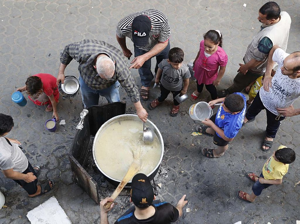 Berbagi Bubur Gandum untuk Warga Miskin Gaza